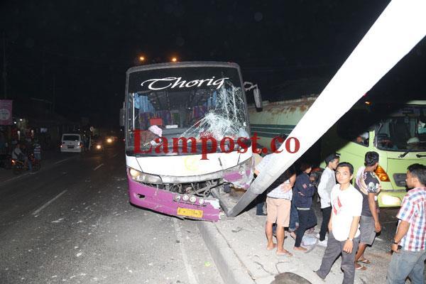 LAMPUNG POST | Bus Sarat Penumpang Tabrak Tiang Lampu Jalan Perempatan DAMRI Bandar Lampung