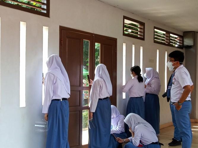 Siswa SMAN 2 Bandar Lampung Sambut Kedatangan Presiden Jokowi